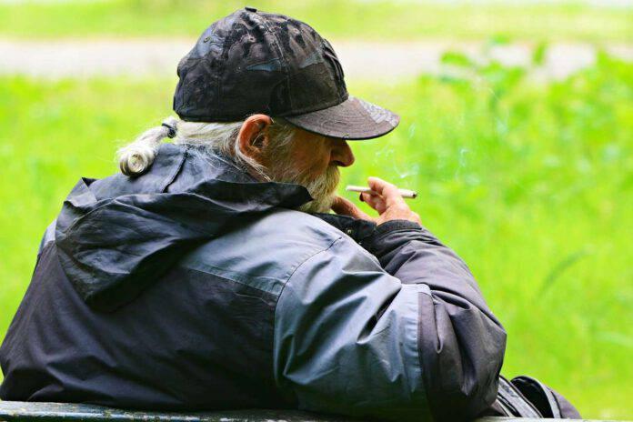 vietato abbassare mascherina per fumare