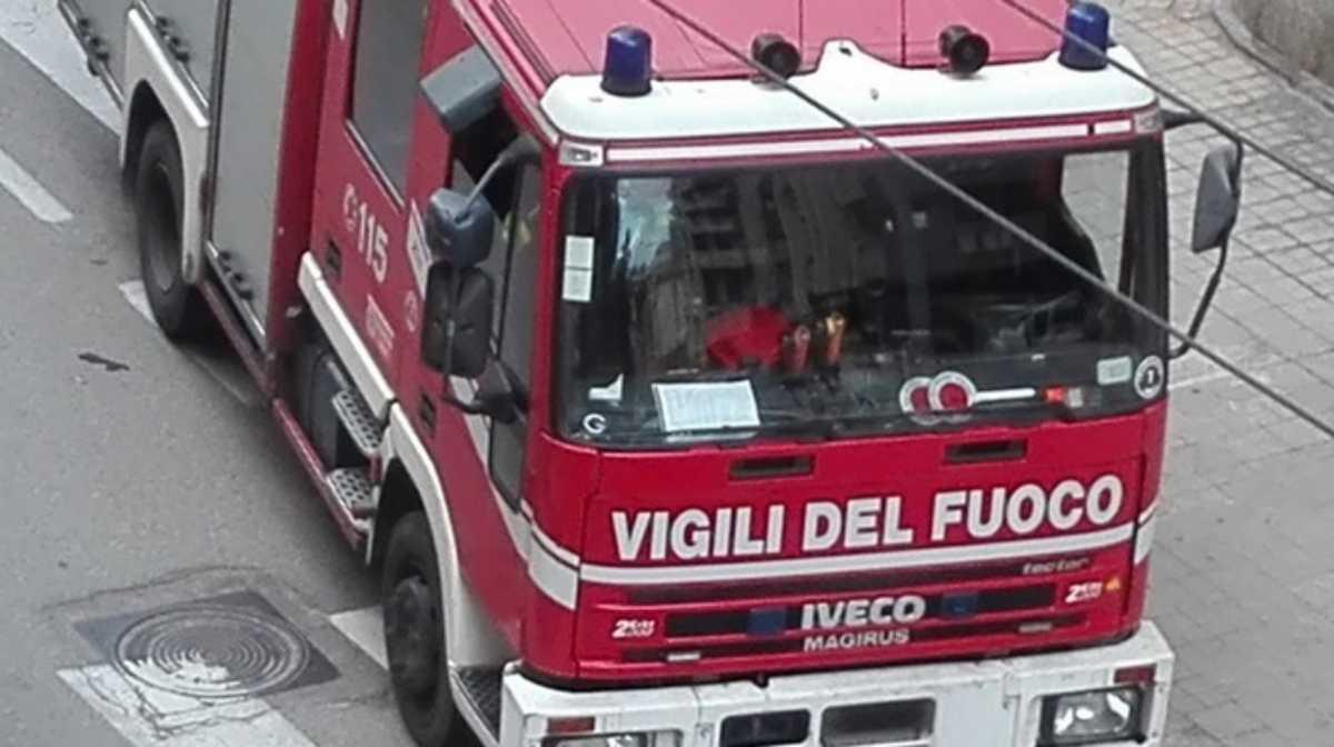 Napoli, incendio in un appartamento al quinto piano: morti due anziani coniugi, gravemente ferito il loro figlio