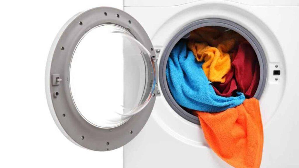 Accendono la lavatrice con il figlio dentro: bambino muore