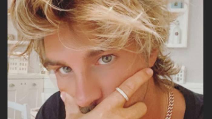Andrea Damante cambia look, si tinge i capelli di colore biondo